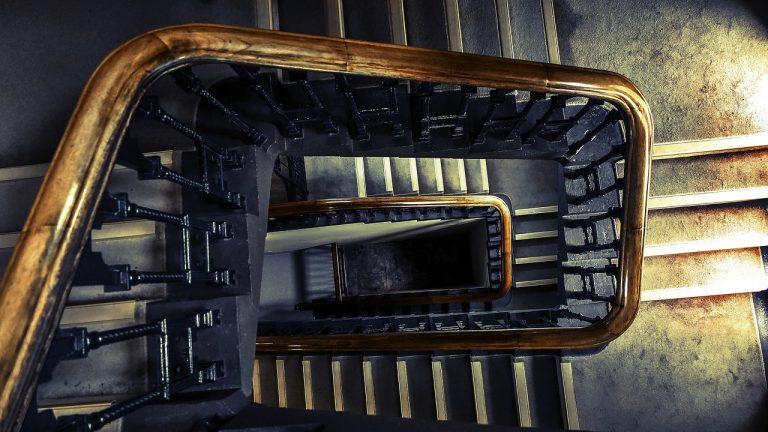 En vindlande trappar i gammal stil, sedd uppifrån.