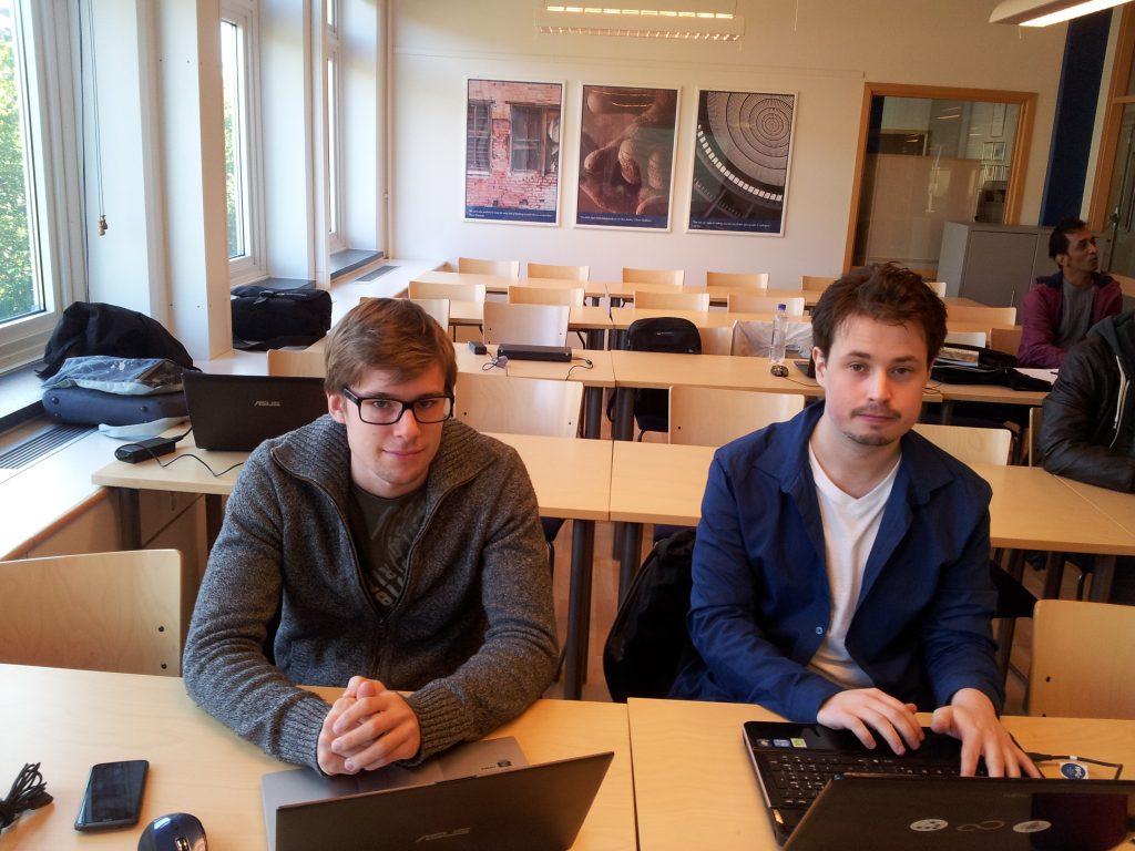 Anton Nordh och Mattias Karlsson sitter i skolan och ser ut ungefär som de brukar göra.