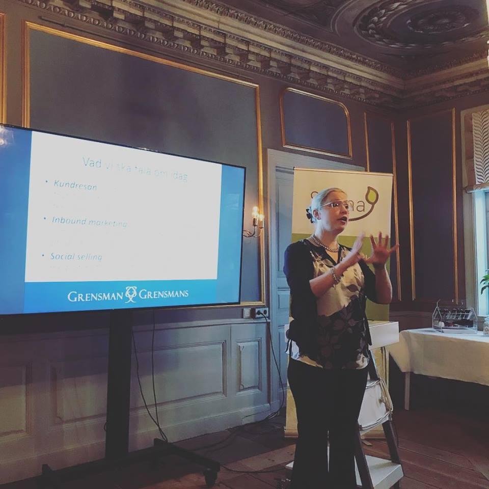 Hanna-Karin Grensman står framför en skärm och talar om digitala strategier.