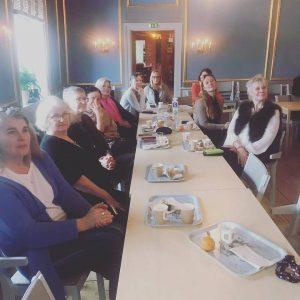 Kvinnor sitter vid ett bord på Ekebyhovs slott.