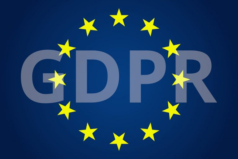 Texten GDPR på mörkblå bakgrund. Cirkel med gula EU-stjärnor ligger över texten.
