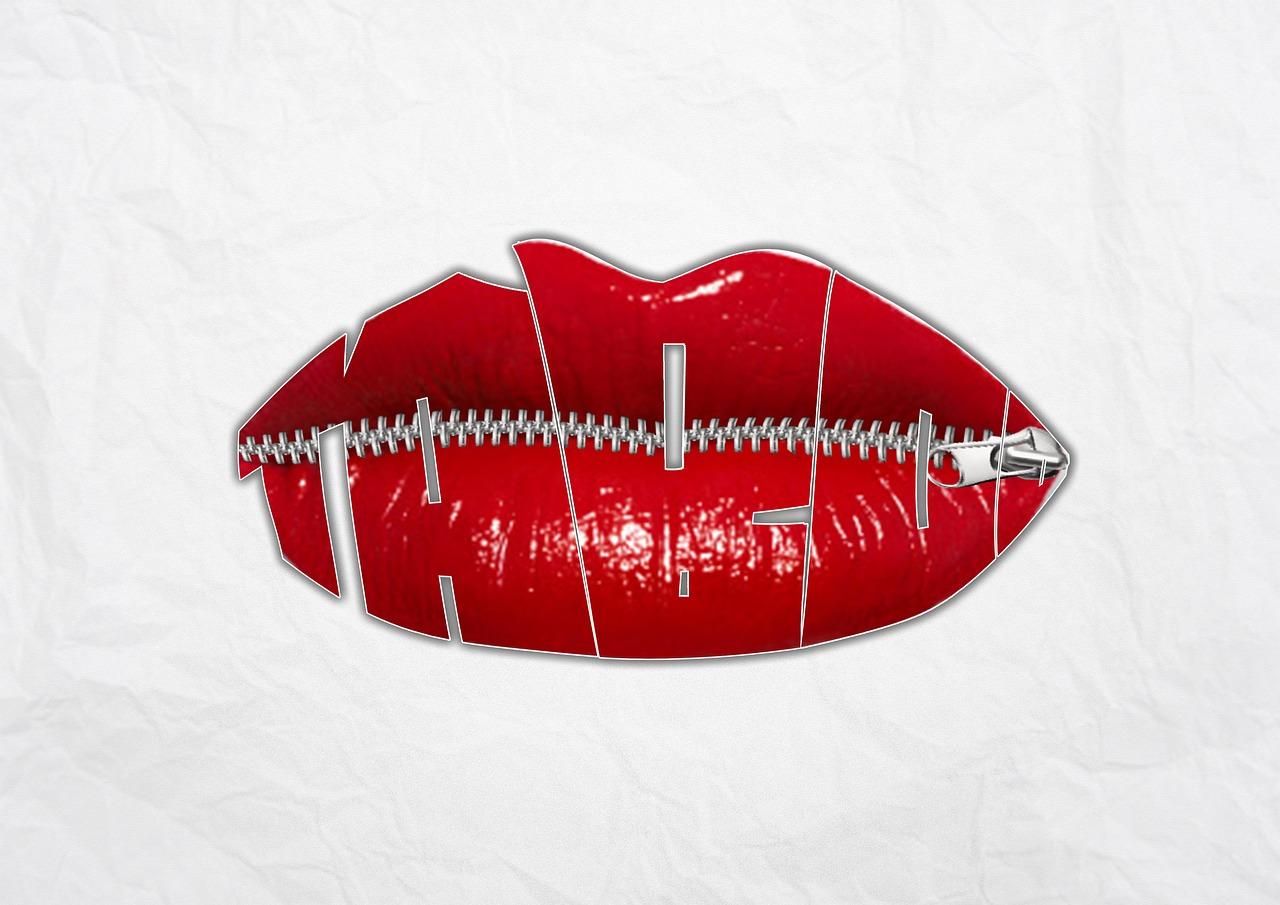 Röda läppar som är hopsydda och stängda med en dragkedja som en symbol för allt som vi inte får prata om.